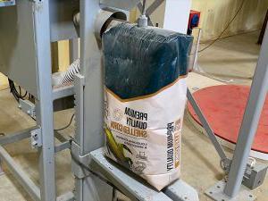 谷物装袋系统将50磅重的带壳玉米装入袋中